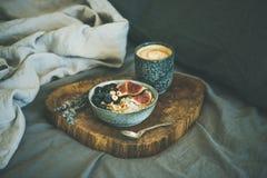 Gruau de noix de coco de riz avec des figues, des baies et des noisettes et café Images libres de droits