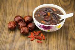 Gruau de petit déjeuner, dates rouges, fruit wolfberry, riz Images libres de droits