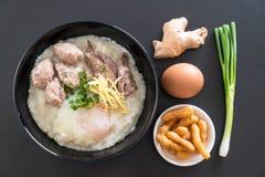 Gruau de riz avec du porc et l'oeuf Image libre de droits