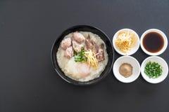 Gruau de riz avec du porc et l'oeuf Photographie stock