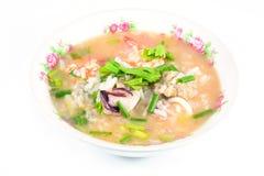 Gruau de riz avec du porc, la crevette et le squid, petit déjeuner thaïlandais images stock