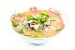 Gruau de riz avec du porc, la crevette et le squid, petit déjeuner thaïlandais photo libre de droits