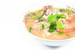 Gruau de riz avec du porc, la crevette et le squid, petit déjeuner thaïlandais photos libres de droits
