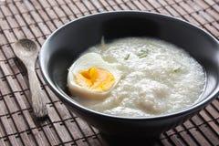 Gruau de riz avec l'oeuf à la coque image libre de droits