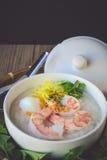 Gruau de riz avec la crevette et l'oeuf, ton de vintage, nourriture thaïlandaise, thaïlandaise Images libres de droits