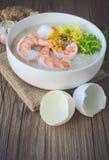 Gruau de riz avec la crevette et l'oeuf, ton de vintage, nourriture thaïlandaise, thaïlandaise Photos stock