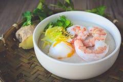 Gruau de riz avec la crevette et l'oeuf, ton de vintage, nourriture thaïlandaise, thaïlandaise Images stock