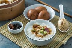 Gruau de riz de chinois traditionnel sur la table de dîner images libres de droits