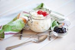 Gruau de riz de lait avec la confiture Image libre de droits