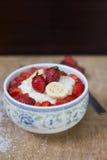 Gruau de riz de lait avec la fraise de fruit Photographie stock libre de droits