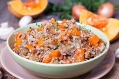 Gruau de sarrasin avec des légumes dans une cuvette Images stock