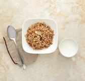 Gruau de sarrasin avec du beurre dans le plat blanc Photos stock