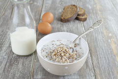 Gruau de sarrasin avec du lait photos libres de droits