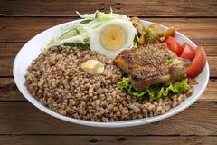 Gruau de sarrasin avec du porc et des légumes photos libres de droits