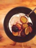 gruau Gluten-gratuit d'amaranthe avec les prunes sautéed Photographie stock libre de droits