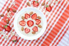 Gruau organique sain de farine d'avoine de petit déjeuner avec photographie stock