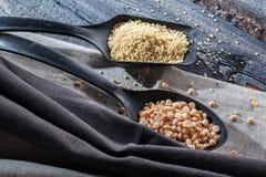 Gruaux d'orge perlée, de haricots, de sarrasin et de millet sur le fond en bois Image libre de droits