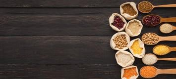 Gruaux gratuits de divers gluten sur le fond en bois, l'espace de copie image stock