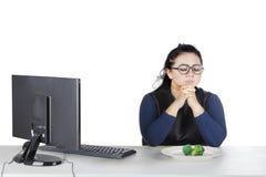 Gruba kobieta ono modli się przed je brokuły Zdjęcia Stock