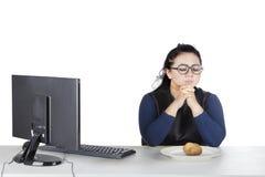 Gruba kobieta ono modli się z grulą na talerzu Zdjęcie Stock
