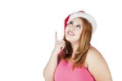 Gruba kobieta z Santa kapeluszem wyobraża sobie coś Fotografia Royalty Free