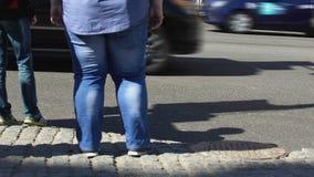 Gruba męska trwanie miasto ulica, sedentarny stylu życia skutek, niezdrowy odżywianie zdjęcie wideo