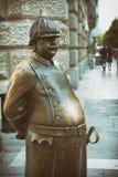 Gruba policjant statua przy Zrinyi ulicą, Budapest, Węgry zdjęcia royalty free