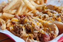 grubas smaży hotdogs zdjęcia royalty free