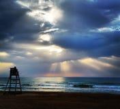 Grubbla soluppgång som förbiser havvågor Royaltyfri Fotografi
