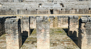 Grube mit Spalten des Italica Kolosseums Stockbilder