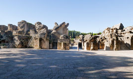 Grube mit Spalten des Italica Kolosseums stockfotos
