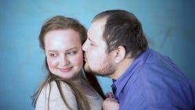 Grubego męskiego całowania dziewczyn ładny policzek, daktylowy flirt, romantyczna przyciąganie miłość zbiory wideo