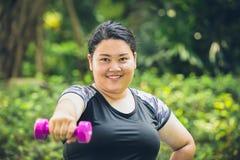 grubej dziewczyny szczęśliwy uśmiech z dumbbell sporta plenerowym ćwiczeniem zdjęcie royalty free