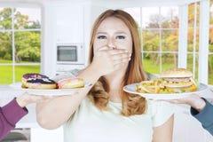 Grubej kobiety zamknięty usta dla kalorii jedzenia Zdjęcia Stock