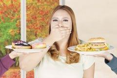 Grubej kobiety zamknięty usta dla niezdrowego jedzenia Zdjęcia Stock