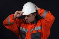 Grubenarbeitskraft mit weißem Sturzhelm Lizenzfreie Stockbilder
