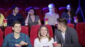 Grubiańska kobieta opowiada na telefonie i zakłóca innych widzów w kinie zbiory
