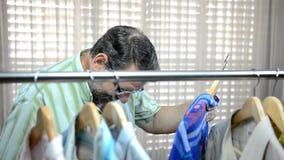 Grubiańska sprzedawczyni udaremnia zakupy proces brodaty dorośleć mężczyzny zbiory wideo