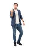 Grubiańskiej postawy młody agresywny mężczyzna pokazuje środkowego palca gest przy kamerą Fotografia Stock