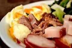 Gruby bekon z jajecznymi i wyśmienicie świeżymi warzywami Obrazy Royalty Free