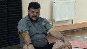 Gruby mężczyzna męczący i przepocony po ćwiczeń w sprawności fizycznej gym lub centrum Gęsty otyły facet po fizycznych szarpnięć  zbiory wideo
