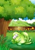 Gruby potwora dosypianie pod drzewem przy jardem Obrazy Stock