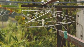 Grucce per vestiti d'annata su Rusty Rack nel giardino - campagna Vietnam fotografia stock libera da diritti