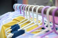 Gruccia per vestiti, su un metallo lungo 2 Fotografia Stock