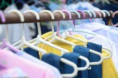 Gruccia per vestiti, su un metallo lungo 2 Fotografie Stock