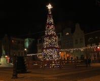 GRUDZIADZ,波兰- 2015年11月27日:圣诞树和装饰在Grudziadz,波兰老镇  免版税库存照片