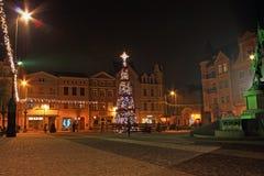 GRUDZIADZ POLEN - NOVEMBER 27, 2015: Julgran och garneringar i gammal stad av Grudziadz, Polen Fotografering för Bildbyråer