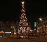 GRUDZIADZ, POLEN - NOVEMBER 27, 2015: Kerstboom en decoratie in oude stad van Grudziadz, Polen stock afbeeldingen