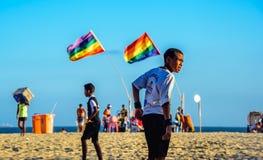 Grudzień 06, 2016 Brazylijskie chłopiec bawić się futbol na Copacabana Obrazy Stock