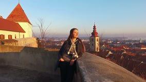 Grudzień 12, 2016 - 4K Piękni dziewczyn spojrzenia przy panoramicznym widokiem od kasztelu na starym mieście Ptuj w Slovenia ujaw zbiory wideo